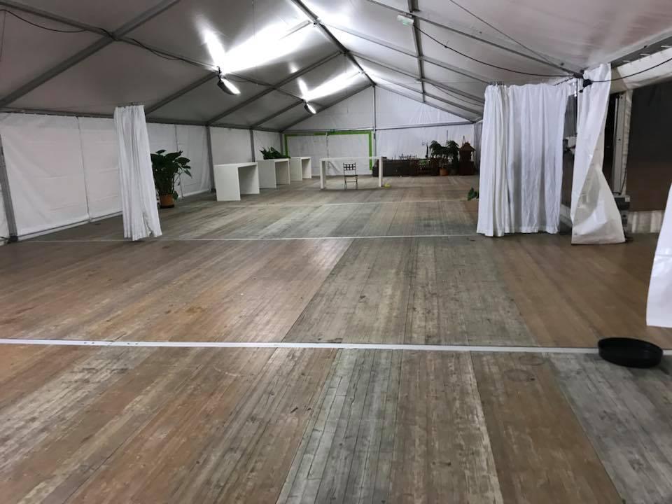 Pourquoi est-il indispensable d'installer un plancher dans le chapiteau à Amboise et Tours | JST Events